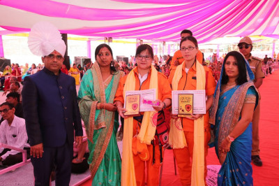 Disciples present awards, prasad shawl and prasad to honoured guests