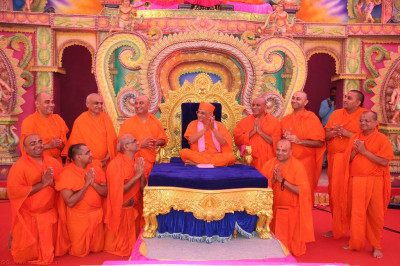 His Divine Holiness Acharya Swamishree blesses sants who have helped in the various different aspects of organising the grand celebrations