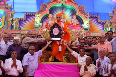 All disciples present the commemorative shield to His Divine Holiness Acharya Swamishree