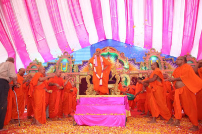 Sants shower His Divine Holiness Acharya Swamishree in flowers