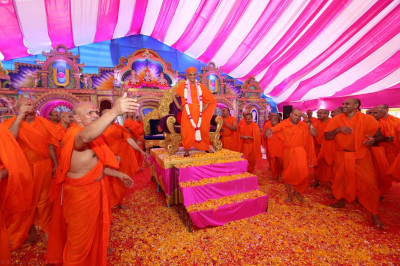 His Divine Holiness Acharya Swamishree, sants and disciples all dance to devotioanl songs