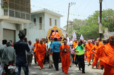 Disciples carry His Divine Holiness Acharya Swamishree from the stage directly to Shree Swaminarayan Mandir Naranpar