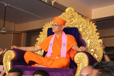 Disciples carry His Divine Holiness Acharya Swamishree into Shree Swaminarayan Mandir Naranpar