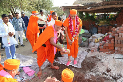 Acharya Swamishree preforms the foundation stone laying ceremony at a disciple's future residence