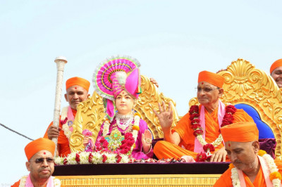 Dvine darshan of Lord Shree Swaminarayan with Acharya Swamishree seated on the majestic peacock chariot