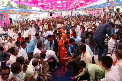 Disciples shower fresh fragrant flower petals at the divine lotus feet of Acharya Swamishree
