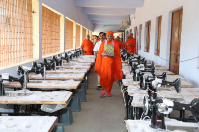 Acharya Swamishree, sants and disciples with the donated sewing machines