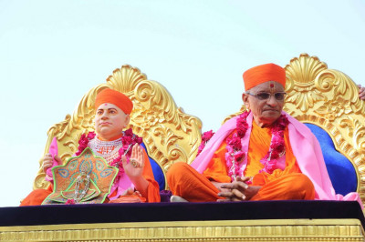 Divine darshan of Jeevanpran Shree Muktajeevan Swamibapa with Acharya Swamishree