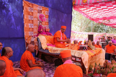 His Divine Holiness Acharya Swamishree showers His divine blessings on all
