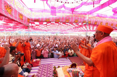 Hsi Diivne Holiness Acharya Swamishree, sants and disciples dance to a devotional song