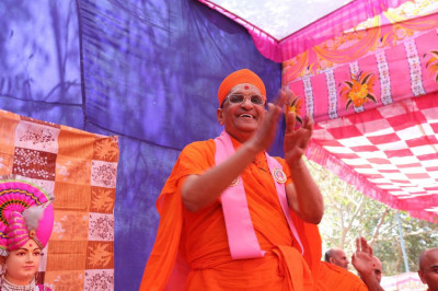 Hsi Diivne Holiness Acharya Swamishree dances to a devotional song
