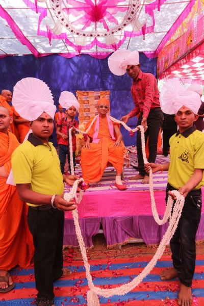 Disciples offer another long garland to His Divine Holiness Acharya Swamishree
