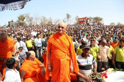 Divine darshan of Acharya Swamishree with thousands of disciples