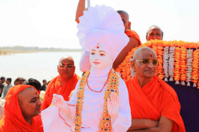 Divine darshan of Lord Shree Swaminarayan with Acharya Swamishree