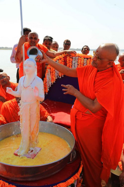 Acharya Swamishree bathes Lord Shree Swaminarayan in the five nectars