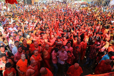 Sants and thousands of disciples enjoy rangotsav