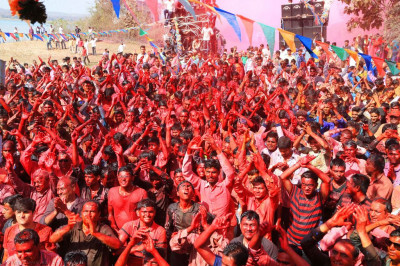 Thousands of disciples enjoy rangotsav