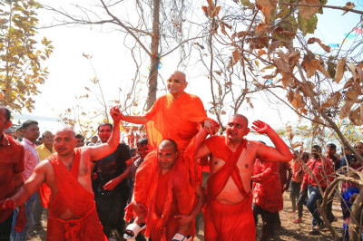 Sants carry His Divine Holiness Acharya Swamishree