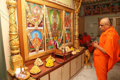 Divine darshan of Acharya Swamishree with Lord Shree Swaminarayanbapa Swamibapa