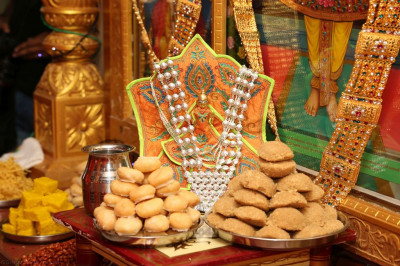 Divine darshan of Shree Harikrishna Maharaj dining on sweet and savoury items