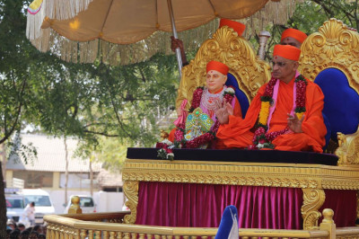 Divine darshan of Acharya Swamishree with Jeevanpran Shree Muktajeevan Swamibapa seated on the grand peacock chariot