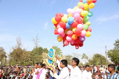 Disciples carry hundreds of coloured balloons