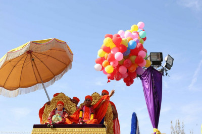 His Divine Holiness Acharya Swamishree releases the coloured balloons