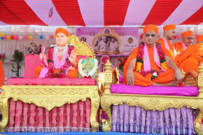Divine darshan of Jeevanpran Shree Muktajeevan Swamibapa and His Divine Holiness Acharya Swamishree