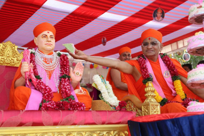 Acharya Swamishree offers a piece of cake to Jeevanpran Shree Muktajeevan Swamibapa
