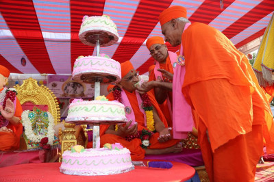Sants offer cake to His Divine Holiness Acharya Swamishree
