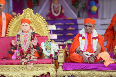 Divine darshan of Acharya Swamishree with Jeevanpran Shree Muktajeevan Swamibapa
