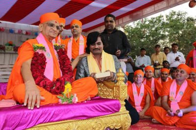 His Divine Holiness Acharya Swamishree blesses disciples and artists