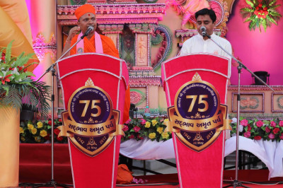 Sant Shiromani Shree Gurupriyadasji Swami and a disciple give speeches about the glory of Acharya Swamishree prior to His arrival to the venue
