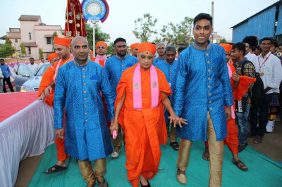 Acharya Swamishree is escorted by event sponsors to the venue prior to His grand entrance