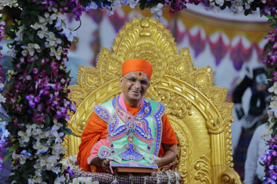 Divine darshan of Acharya Swamishree sweetly laughing prior to His grand entrance