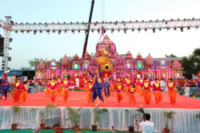 Disciples perform a welcome dance as Acharya Swamishree arrives on stage