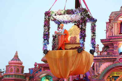 Divine darshan of Acharya Swamishree descending down onto the grand stage