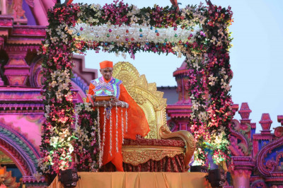 Divine darshan of Acharya Swamishree as He descends down onto the grand stage