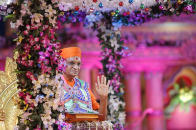 Divine darshan of Acharya Swamishree on this magnificent occasion