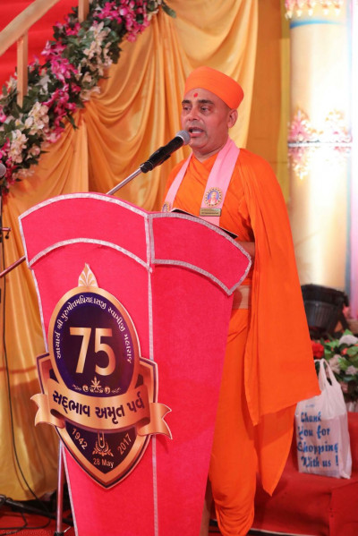 Sant Shiromani Shree Vignanprakashdasji Swami emcees the evening's celebrations