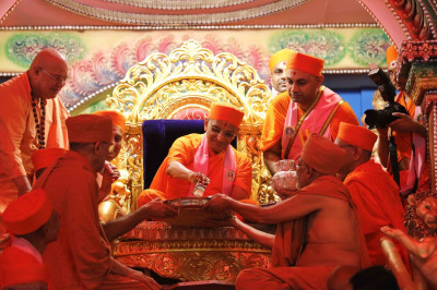 Acharya Swamishree, Shree Prem Swami and Shree Tyagvallabh Swami from Sokhda Shree Swaminarayan Mandir, and Sri Swami Adhyatmanandji from Sivananda Ashram perform panchamrut snan to Shree Harikrushna Maharaj on this special occasion