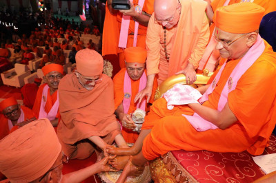 Shree Prem Swami and Shree Tyagvallabh Swami from Sokhda Shree Swaminarayan Mandir and Sri Swami Adhyatmanandji from Sivananda Ashram have the pleasure of performing panchamrut snan to the divine lotus feet of Acharya Swamishree