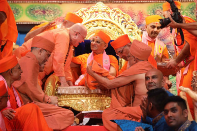 Shree Prem Swami and Shree Tyagvallabh Swami from Sokhda Shree Swaminarayan Mandir and Sri Swami Adhyatmanandji from Sivananda Ashram have the pleasure of performing panchamrut snan to the divine lotus feet of Acharya Swamishree and wiping them