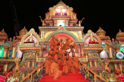 The entire mandal of sants from Sokhda Shree Swaminarayan Mandir honors Acharya Swamishree with a grand fresh flower garland