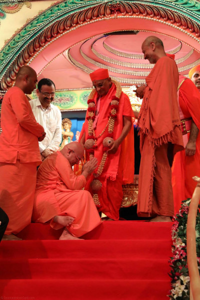 Sri Swami Adhyatmanandji from Sivananda Ashram humbly bows down to Acharya Swamishree's divine lotus feet