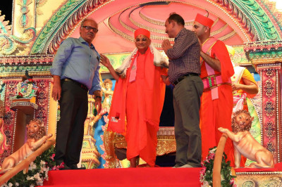 Guests honor Acharya Swamishree with a saal