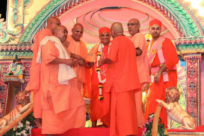 Santram Mandir's sants honor Acharya Swamishree with several garlands