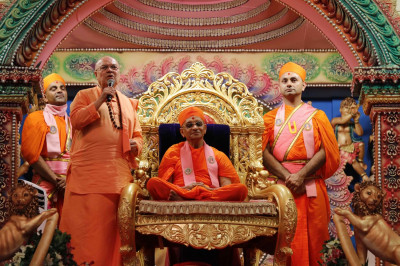 Sri Swami Adhyatmanandji from Sivananda Ashram gives a speech expressing his delight to be at Acharya Swamishree's Sadbhav Amrut Parva celebrations and praising Acharya Swamishree for His relentless efforts to spread the Sanatan Swaminarayan Faith