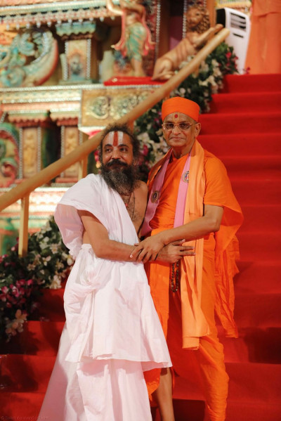 Jagannath Temple's leader, Shree Dilip Dasji Maharaj, humbly greets Acharya Swamishree