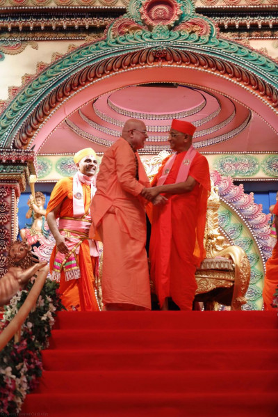 Sri Swami Adhyatmanandji from Sivananda Ashram yet again greets Acharya Swamishree
